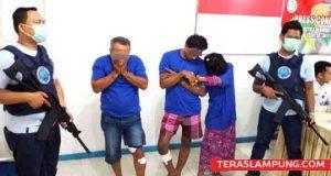 Ketiga pelaku jaringan bandar dan pengedar narkoba yang ditangkap petugas BNNP Lampung, ketiganya adalah Andika alias Bung (56), warga Sukaraja, Telukbetung Selatan, Bandarlampung lalu Julian Prandiko alias Popo (27) dan Mentari Triranti alias Tari (20), keduanya pasangan suami istri (Pasutri) warga Kelurahan Gedong Air, Bandarlampung.