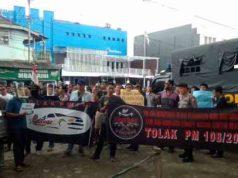 komunitas driver daring (online) Grab dan Go-Jek Bandarlampung bersama 33 komuntas driver online lampung, melakukan aksi menolak Peraturan Menteri Perhubungan (Permenhub) Nomor 108 Tahun 2017 di Bundaran Tugu Adipura, Senin 26 Maret 2018.
