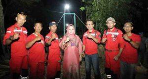 Yustin Ficardo dan para relawan VRI pada penyerahan jembatan gantung di Desa Karang Anyar, Pesawaran, Sabtu malam (14/4/2018),