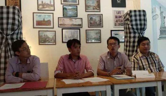 Joni Fadli (kedua kanan) didampingi para pengacarana saat menjelaskan kasus kampanye hitam yang diarahkan kepadanya dan saat ini ditangani Gakumdu Lampung Timur, Kamis (10/5/2018).