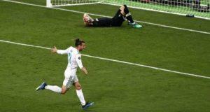 Gareth Bale melakukan selebrasi setelah berhasil membobol gawang Loris Karius (Foto: Shutterstock via Guardian).