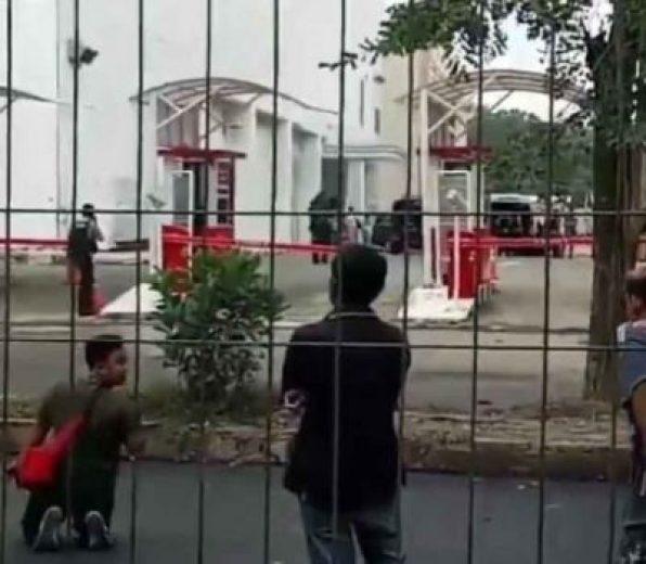 Sterilisasi Transmart Lampung menyusul beredarnya kabar teror bom, Selasa siang,15 Mei 2018.