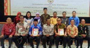 Pejabat Pemkab Lampung Utara berpose bersama dengan pihak BPK perwakilan Lampung usai menerima predikat WTP