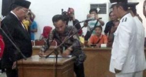 Penandatanganan dokumen usai pelantikan pejabat eselon Pemkab Lampung Utara, Kamis (21/6/2018).