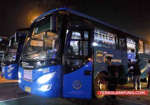 Armada bus yang disiapkan PT ASDP cabang Bakauheni yang khusus membawa pemudik difabel, lensia, Ibu hamil dan anak-anak di depan halaman kantor PT ASDP cabang Bakauheni dengan tujuan ke Terminal Rajabasa. (Teraslampung/Zainal Asikin)