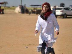 "Paramedis Palestina Rezzan en-Neccar bergegas memberikan perawatan medis kepada warga Palestina, yang terluka oleh pasukan keamanan Israel, selama demonstrasi ""Hari Tanah"", yang memperingati pembunuhan enam orang Palestina oleh pasukan Israel. pada tahun 1976, di Khan Yunis, Gaza pada 1 April 2018. (Abed Zagout – Anadolu Agency)"