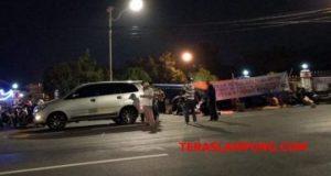 Tenda dibangun korban penggusuran Pasar Griya Sukarame di depan Rumah Dinas Walikota Bandarlampung,Kamis malam (26/7/2018).