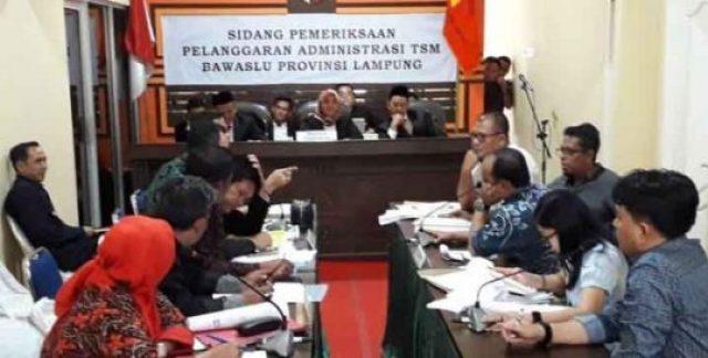Sidang dugaan money politic Pilgub Lampung 2018 dengan terlapor paslon nomor 3 Arinal Djunaidi-Chusnunia,Selasa (10/7/2018).Di sini terungkap puluhan kades mendapatkan uang Rp 1 juta per orang.