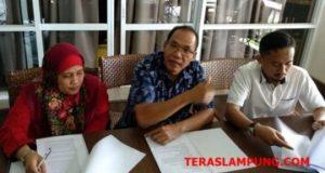 Tim pengacara Paslon No. 2 Herman HN - Sutono, Lenistan Nainggolan (tengah, Resmen Kadafi (kanan) dan Tahura Malaigano (kiri)