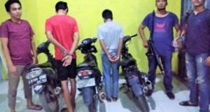 Dua pelaku begal, KW (21) dan WOS (16), warga Kampung Tanjung Serupa, Kecamatan Pakuan Ratu, Way kanan yang diamankan tim gabungan Polsek Pakuan Ratu dan Tekab 308 Polres Way Kanan bersama tiga unit sepeda motor. (foto: Humas Polres Way Kanan)