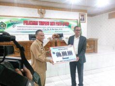 Sekjen Kemenag Nur Syamsi menerima sumbangan secara simbolis yang akan disalurkan kepada korban gempa di NTB.