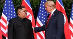 Presiden Donald Trump berbicara dengan pemimpin Korea Utara, Kim Jong Un, saat pertemuan bilateral di Capella, Pulau Sentosa, Singapura, 12 Juni 2018. AP