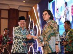 Walikota Herman HN mendapat ucapan selamat dari Menteri Keuangan Sri Mulyani usai menerima penghargaan dari Kemenkeau, Kamis (20/9/2018).
