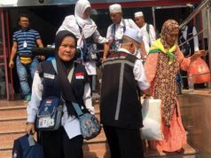 Petugas membantu jemaah yang akan meninggalkan hotel di kawasan Misfalah, Makkah, Sabtu (01/09) kemarin.