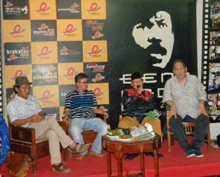Peter Kasenda (kanan) dalam diskusi di Bens Radio, Jagakarsa, Jakarta Selatan, 14 Agustus 2016. Foto: Dok. majalahbtawi.com