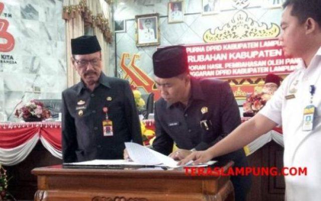 Asisten I Sekretaris Kabupaten Lampura (Yuzar) menyaksikan penandatanganan nota kesepakatan rancangan perubahan KUA-PPAS yang dilakukan oleh Wakil Ketua I DPRD (Nurdin Habim)