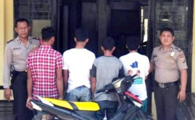Pencuri sepeda motor dan tiga penadah hasil curian diperiksa di kantor polisi. Mereka ditangkap petugas unit Reskrim Polsek Semaka, Tanggamus saat tidur pulas di rumahnya masing-masing.