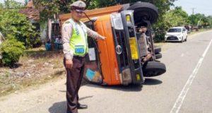 Truk pengangkut logistik pemilu terguling di jalan lintas barat Kabupaten Pesisir Barat, Rabu siang (10/10/2018).