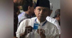 Ketua Dewan Kehormatan Partai Amanat Nasional (PAN) Amien Rais menunjukkan kartu tamu saat mendatangi gedung KPK, Jakarta, Senin, 29 Oktober 2018. Dalam kunjungan tersebut, Amien Rais gagal bertemu dengan para pimpinan KPK lantaran dari 5 pimpinan KPK tak satupun berada di tempat. TEMPO/Imam Sukamto
