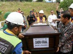 Petugas cargo dibantu anggota TNI membawa peti jenazah korban jatuhnya pesawat Lion Air JT 610 Chandra Kirana setibanya diterminal cargo Bandara Sultan Mahmud Baddarudin (SMB) II Palembang, Sumatera Selatan, Sabtu, 3 November 2018. Chandra Kirana merupakan warga Kabupaten Penukal Abab Lematang Ilir (PALI), Sumatera Selatan yang menjadi salah satu penumpang pesawat Lion Air JT 610. ANTARA