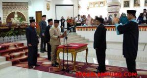 Ketua DPRD Kota Bandarlampungi Wiyadi didamping wakil ketua Hamrin Sugandi dan Nandang Hendrawan melantik dan mengambil sumpah Sukri sebagai anggota DPRD Bandarlampung dari Partai Hanura.