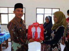 Bupati Parosil menyerahkan bantuan seragam sekolah dan buku tulis gratis di SMPN 1 Basungan, Kecamatan Pagar Dewa, Kamis (15/11/2018).
