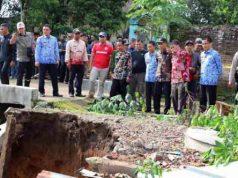 Bupati Parosil meninjau longsor di Fajar Bulan, Way Tenong, Lampung Barat.