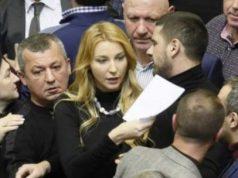 Parlemen Ukraina menyetujui usul Presiden Poroshenko menerapkan darurat militer di kawasan-kawasan yang berbatasan langsung dengan Rusia.