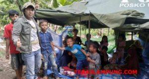 Musisi perdamaian dunia, Kim Commanders bersama anak-anak korban tsunami di tenda pengungsian di kaki lereng Gunung Rajabasa.
