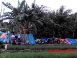 Khawatir Tsunami Susulan, Ratusan Warga Pesisir Kalianda Bertahan di Gunung Rajabasa