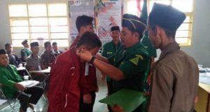 Sekretaris PC GP Ansor Way Kanan Eko Wahyudi menyematkan tanda peserta DTD Ansor Way Kanan ke VII.