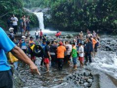TIM SAR gabungan mengevakuasi korban tenggelam di Curug Bayan, Kecamatan Baturraden, Banyumas, Minggu (2/12).SATELITPOS