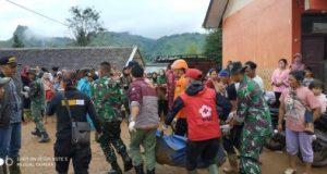 Tim Basarnas mengevakuasi korban tanah longsor di Cisolok, Sukabumi, Selasa pagi,1 Januari 2019 (Foto: Basarnas)