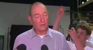 Seorang pemuda melempar telur ke kepala Senator Queensland, Fraser Anning saat menjawab pertanyaan awak media di Melbourne, Australia, Sabtu 16 Maret 2019. Foto/video instagram