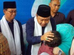 Agung Ilmu Mangkunegara dan Wakil Bupati Budi Utomo menyalami warga usai tasyakuran pelantikan mereka sebagai Bupati dan Wakil Bupati Lampung Utara periode 2019-2024, Selasa, 26 Maret 2019.
