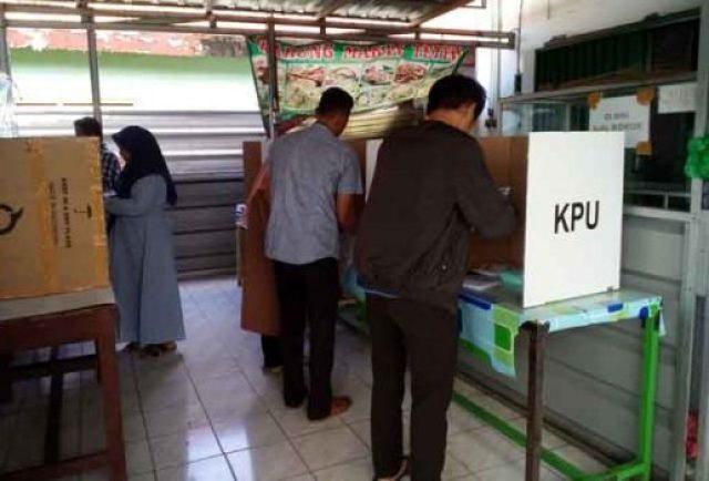 Pemungutan suara Pemilu 2019 di TPS 17 Kelurahan Gulak-Galik, Telukbetung Utara, Bandarlampung.