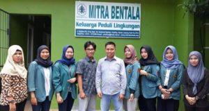 Direktur Mitra Bentala, Mashabi (tengah), bersama para mahasiswa Fisip Unila yang magang di Mitra Bentala.