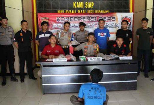 Kapolres Way Kanan, AKBP Andy Siswantoro menunjukkan barang bukti senilah pisau badik yang digunakan pelaku Supriono (46), warga Dusun Margo Mulyo, Kampung Kalipapan, Kecamatan Negeri Agung, Way Kanan untuk menghabisi nyawa korban Sukardi (39).