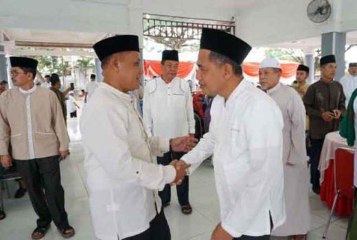 Plt Bupati Lampung Selatan, Nanang Ermanto (kiri), menyambut para tamu pada acara buka puasa bersama di Rumah Dinas Bupati Lamsel, Senin petang (13/5/2019).