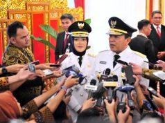 Gubernur Lampung Arinal Djunaidi didampingi Wagub Chusnunia Chalim menjawab wartawan usai pelantikan dirinya di Istana Negara, Jakarta Rabu (12/6) siang