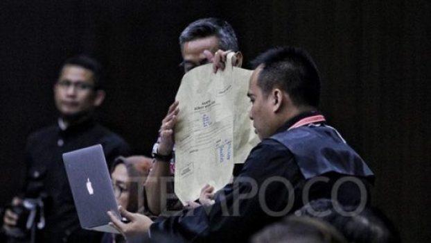 Pihak KPU atau termohon memeriksa bukti amplop C1 yang diberikan oleh saksi fakta yang dihadirkan pihak pemohon pada persidangan Perselisihan Hasil Pemilu Umum (PHPU) 2019 di Mahkamah Konstitusi (MK), Jakarta, Rabu, 19 Juni 2019. Bukti amplop ini ditunjukkan oleh saksi yang dihadirkan tim hukum pasangan Prabowo Subianto-Sandiaga Uno, Beti Kristiana. TEMPO/Hilman Fathurrahman W
