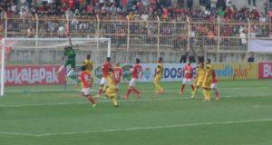 Kiper Barito Putera Berusaha Membuang Bola Hasil sepakan striker Badak Lampung