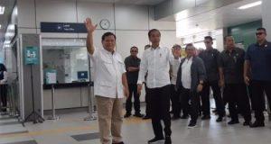 Ketua Umum Partai Gerindra Prabowo Subianto (kiri) dan Presiden Joko Widodo bertemu di Stasiun MRT Lebak Bulus, Jakarta, Sabtu (13/7/2019). Ini merupakan pertemuan pertama keduanya setelah Pemilihan Presiden (Pilpres) 2019. - Bisnis/Yodie Hardiyan