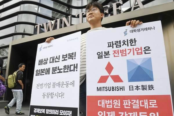 Seorang pria memprotes kebijakan Jepang membatasi ekspor di depan Kedubes Jepang di Seoul. - Kyodo