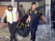 Petugas memindahkan tiga jenazah korban kapal terbakar KM Santika Nusantara ke Surabaya, di Pulau Masalembo, Jawa Timur, Sabtu, 24 Agustus 2019. Hingga saat ini tiga orang ditemukan meninggal dalam kejadian terbakarnya KM Santika Nusantara di Perairan Laut Utara Pulau Masalembou. ANTARA/PLP Tanjung Perak Surabaya
