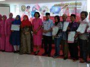 Ketua Daerah Bhayangkari Lampung Sari Purwadi Aryanto, Ketua PKK Kota BandarLampung Eva Dwiyana dan Kadisdukcapil A. Zainuddin kepada penerima simbolis 100 akte kelahiran dan KIA.
