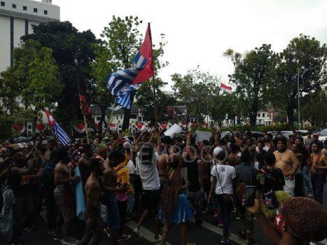 Ratusan warga dan mahasiswa Papua menggelar demonstrasi di depan Kemendagri, Jalan Medan Merdeka Utara, Jakarta Pusat, Rabu, 28 Agustus 2019. TEMPO/Lani Diana
