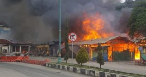 Aksi pembakaran sejumlah fasilitas umum terjadi di Kota Fakfak, Rabu (21/08).