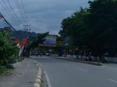 Ratusan umbul-umbul dan bendera merah putih tetap berkibar di sepanjang jalan yang dilalui ribuan orang simpatisan aksi – Jubi/Angela