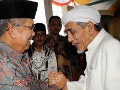Mantan Wapres Jusuf Kalla bersama dengan Ulama kharismatis dari Sarang, Rembang, Jawa Tengah, dan pendiri Partai Persatuan Pembangunan (PPP), Kyai Maimoen Zubair. ANTARA FOTO/Dokumentasi JK